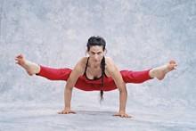 Der Forrest Yoga®-Stil lebt von der Persönlichkeit und der akrobatischen  Präsentation durch Ana Forrest