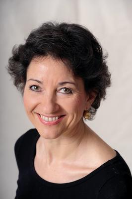 Anna Elisabeth Röcker (geb. 1953) ist seit mehr als 25 Jahren in eigener Therapie-Praxis in München tätig. Sie ist Heilpraktikerin, Yogalehrerin, ... - Anna_E_RoeckerFoto____Catherina_Hess